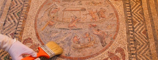 Pulizia di un pavimento a mosaico a Pompei